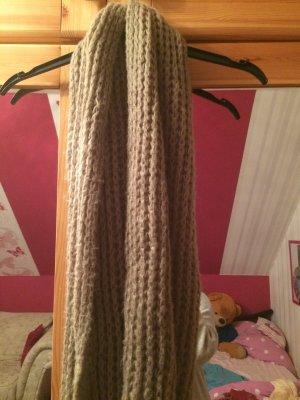 Grobgestrickter Loop-Schal in Beige