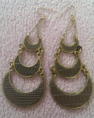 Große goldene Ohrringe mit Details in Holzoptik