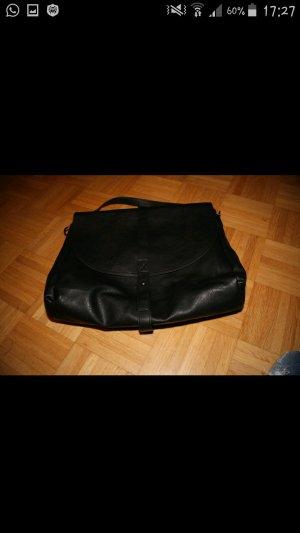 große schwarze Handtasche
