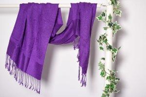 Großer lilaner Schal mit Fransen