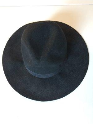 Großer, schwarzer Hut mit Band