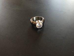 Großer silberfarbener Ring mit weißem Strasstein