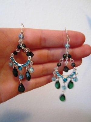 Grün-blau funkelnde Ohrringe