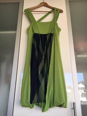 Grün, Blaues Hängerchenkleid, 100cm lang auf dem Kleiderbügel hängend
