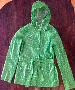 Grün gepunkteter Regenmantel