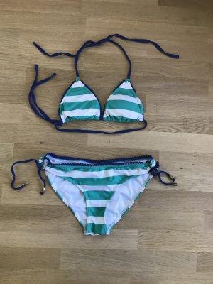 Grün-weiß gestreifter Bikini