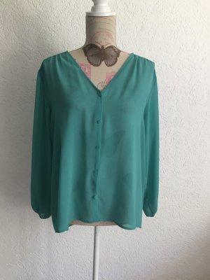 Grüne Bluse mit leichten Raffungen