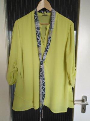 Grüne Bluse mit Schal