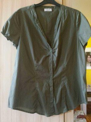 grüne Bluse mit schwarzen Punkten