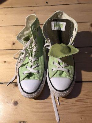 Grüne Converse mit Doppelzunge
