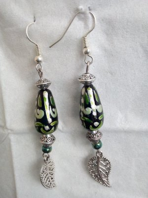 Grüne DIY - Ohrhänger mit lackierten Holzperlen und Blättern.