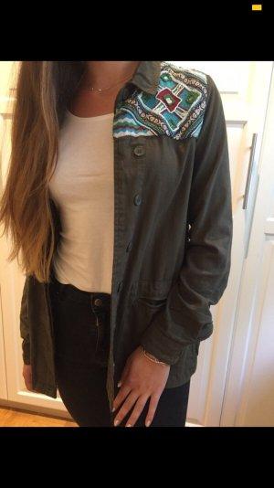 Grüne Jacke mit Stickerei von Zara