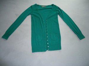 grüne Strickjacke mit perlmuttfarbenen Knöpfen