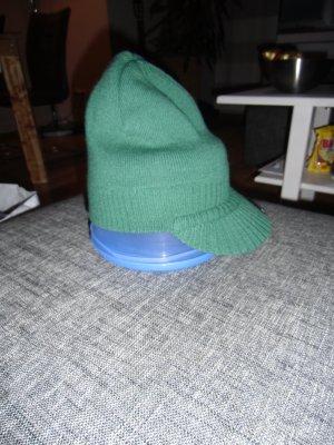 grüne Winterschirmmütze