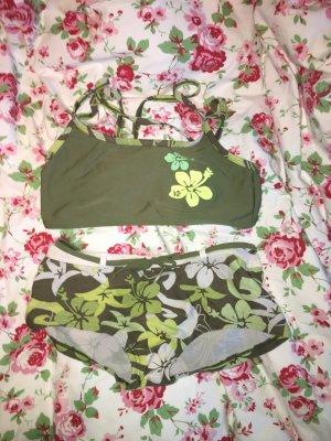 grüner Bikini mit überkreuzten Trägern