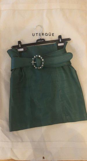 Grüner Lederrock mit edlem Gürtel von UTERQÜE
