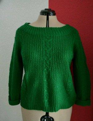 grüner Pullover mit Strickmuster