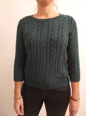 Grüner Pullover mit Zopfstrickmuster