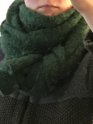 grüner weicher Schal von Ganni