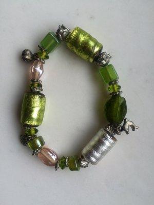 Grünes Armband mit Glasperlen