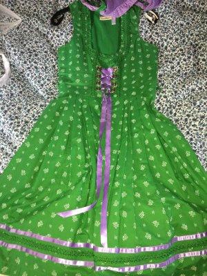 Grünes Dirndl mit lila Schürze und Bluse