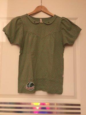 Grünes, gemustertes T-Shirt mit Bubikragen und Aufnäher