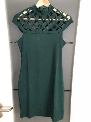 Grünes Kleid mit Gitterausschnitt