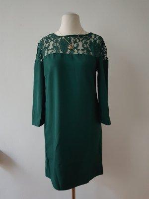 Grünes Kleid mit Häkelausschnitt