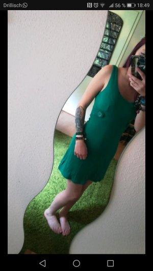 Grünes Kleid mit Knöpfen