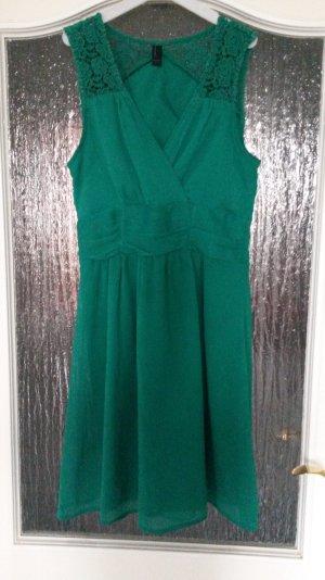 grünes Kleidchen mit Häkeleinsatz