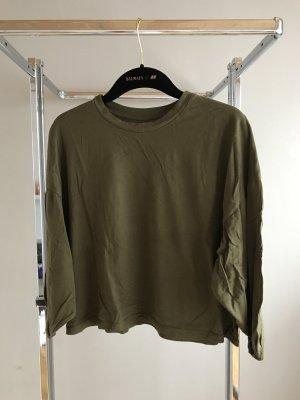 Grünes Shirt mit weiten Ärmeln