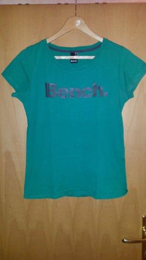 grünes T-Shirt mit Schriftzug von Bench