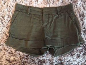 Grüngraue Hotpants mit umgekrempelten Bein