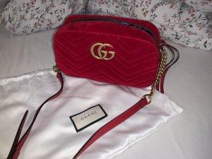 Gucci GG Marmont kleine Schultertasche aus gestepptem Samt in rot