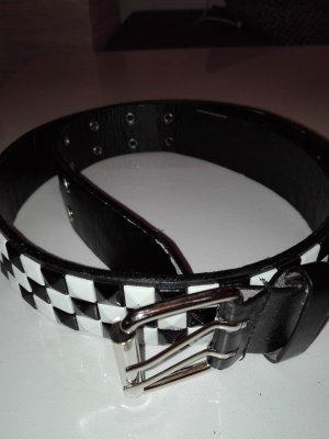Gürtel in Schwarz-weiß Farbe mit Schach-Mat Muster.
