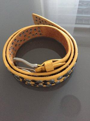 Cinturón de pinchos amarillo