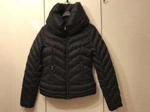 Guess Jacke Winter Daunenjacke schwarz mit Logo aus Swarovskisteinchen