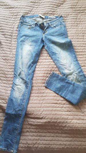 Guess Jeans a sigaretta blu