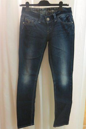 Guess Jeans mit vielen Verzierungen