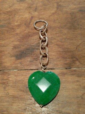 Gute Energie: silberner Schlüsselanhänger mit grünem Halbedelstein in Herzform