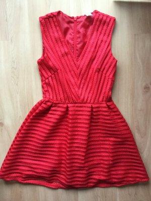 H&M Kleid in Rot mit Lochmuster und ausgestelltem Rock