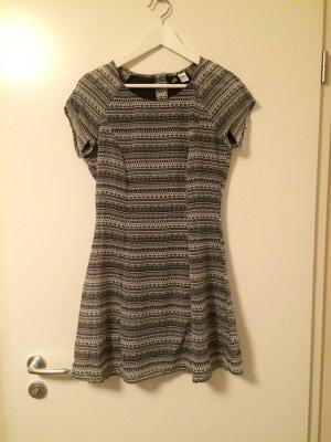 H&M Kleid schwarz weiß gemustert