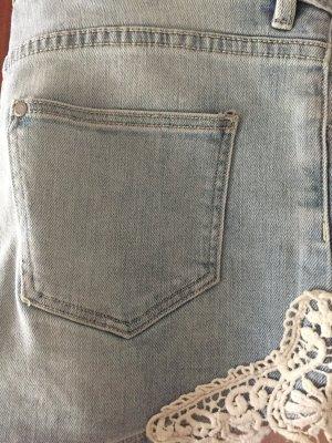 H&M shorts hellblau stickerei