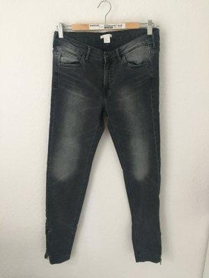 H&M Skinny Jeans mit Reißverschlüssen Grau Schwarz