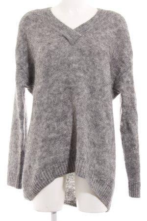 H&M V-Ausschnitt-Pullover hellgrau Street-Fashion-Look