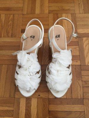 H&M Weiße Wedges mit Blumenapplikation