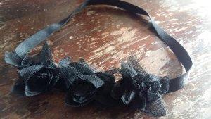 Haarband mit schwarzen Blumen