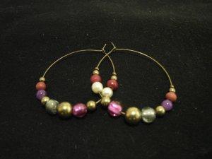 hängende Ohrringe mit bunten Perlen