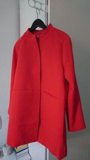 Halblanger roter Mantel