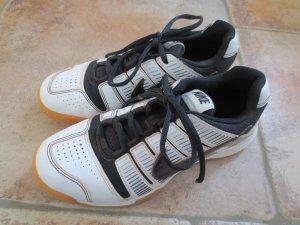 Hallenturnschuhe Nike, Gr. 37,5, weiß-schwarz